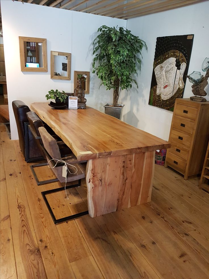 Boomstam tafel met massief blad van 6cm dik mango hout . uitgevoerd in houten poot of mat zwarte poot