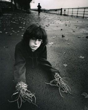 http://desdemisarrugascerebrales.wordpress.com/2014/09/30/pesadillas-infantiles-recreadas-por-un-artista/ Los sueños imaginativos y poderosos de la infancia eran lo que interesaba al fotógrafo estadounidense Arthur Tress, cuando a finales de los 60 y en los 70 creó las series de imágenes 'Coleccionista...