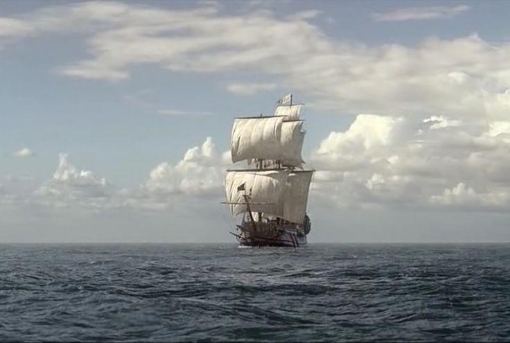 Гифка кораблик плывет по морю