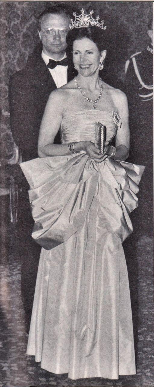 1990-aprikosfärgad sidenklänning, Kung Carl Gustaf & Drottning Silvia av Sverige