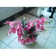 Seramik vazoda pembe orkideler