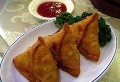 Samosa is een voorgerecht en/of bijgerecht met een driehoekige vorm dat zijn oorsprong kent in de Hindoestaanse keuken. Een samosa wordt meestal gemaakt van filodeeg of bladerdeeg. De basisvulling bestaat uit aardappelen en erwten. Een Samosa kan zowel met als zonder vlees gemaakt worden. In dit recept hebben wij gekozen voor de vegetarische samosa's. Benodigdheden:…