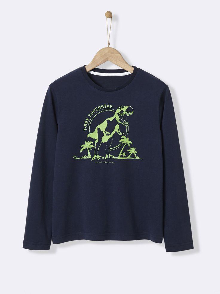 Belle impression sur fond gris pour ce tee-shirt esprit collège. Un petit prix pour un essentiel du vestiaire des garçons.  Détails Col rond. Manches