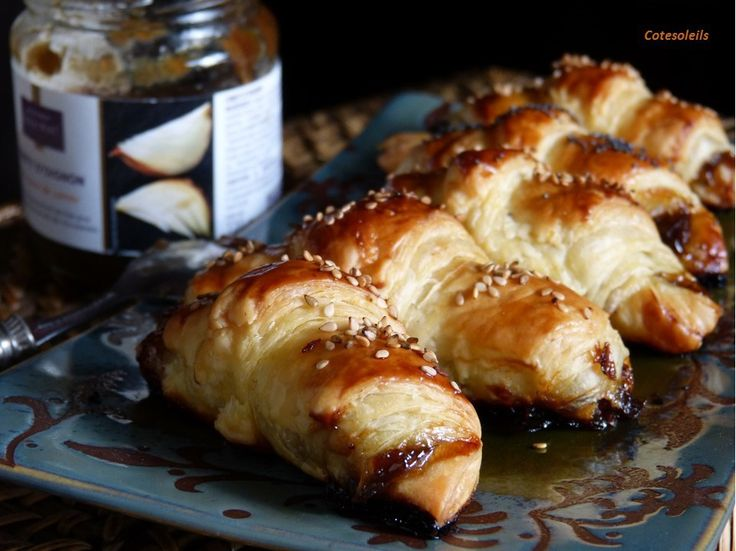 Minis croissants au foie gras & confit d'oignons
