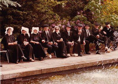 Wie weet waar deze foto genomen is, ter gelegenheid waarvan en wie de betreffende personen zijn? Klik op de afbeelding voor een reactie!