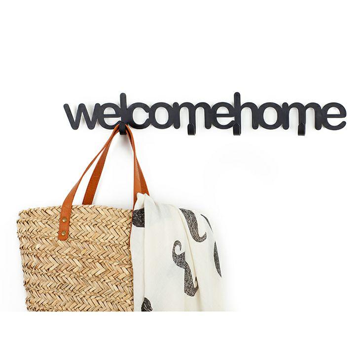 Este colgador de pared no sólo te permite aguantar los abrigos, chaquetas o bolsos, también te dará la bienvenida cuando llegues a casa. Originalísimo.