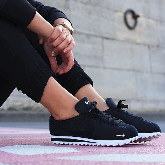Fitness style - leggings ore skinny trousers, bare sporty ankles, sneakers.
