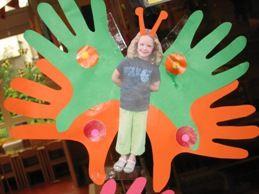 * Vlinders…..het lijfje is een foto van het kind en de vleugels zijn de handen van het kind.