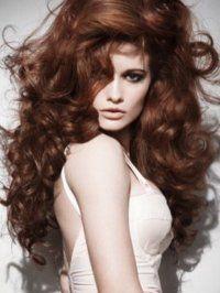 Великолепие каштанового цвета волос роскошно подчеркнет объемная прическа. Длинные волосы, накрученные в мелкие кудри, создадут стильный образ для вечернего мероприятия.