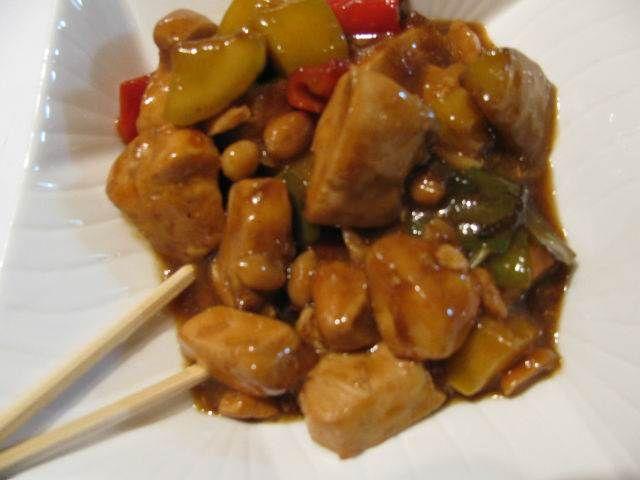 Çin Usulü Fıstıklı Tavuk  -  Pınar Ergen #yemekmutfak.com Yer fıstığı, soya sosu, kırmızı ve yeşil biberle wokta pişirilen tavuk, Çin mutfağından çok lezzetli bir tariftir. Yanında pilavla servis yapılan bu pratik yemeği çok seveceksiniz.