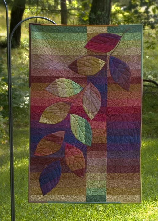Clever use of strips. (I've seen this same design in other colors.) I'd like to make something like this. [Cherry Roll Vine]