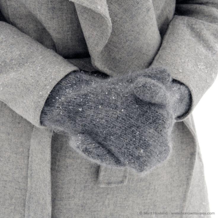 Lag votter til deg selv eller noen du kjenner! Kryp under et pledd med strikketøyet, sett på en film og før du vet ordet av det så strikker du siste maske på vottene! Disse vottene er strikket med bare rette masker! Størrelsen vil variere fra vaskemaskin til vaskemaskin. Har votteneblitt for store, så kjør dem ... LES MER