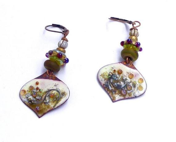 Boucles d'oreilles cuivre émaillé, abstraites, perles filées au chalumeau, ethniques, beige, ambre, reflets mauve, bijoux fait main