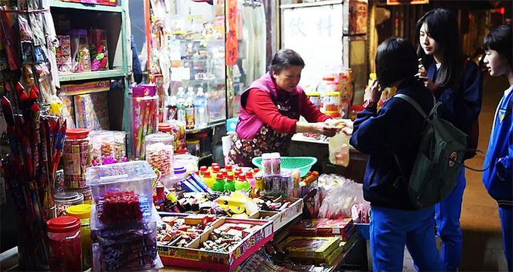 日本から失われた「昭和の駄菓子屋」を台湾で体験する / 駄菓子を楽しむ金門島の子どもたち
