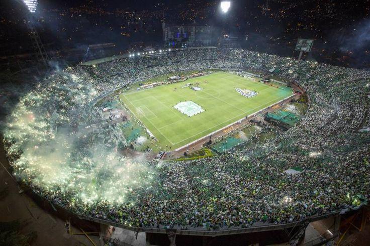 Así se vio desde el aire el imponente recibimiento de la hinchada verde a los jugadores de Atlético Nacional. FOTO Esteban Vanegas