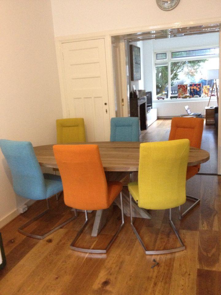 onze gekleurde stoelen en ovale tafel inlove inspiratie
