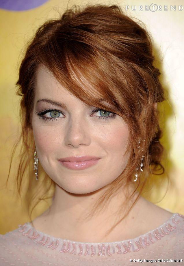 Emma Stone  opte pour un maquillage cheveux roux pastel et printanier. Bouche rose et brillante, fard à paupières clair et légèrement pailleté, l'actrice termine son beauty look par un trait d'eyeliner pour souligner son regard.