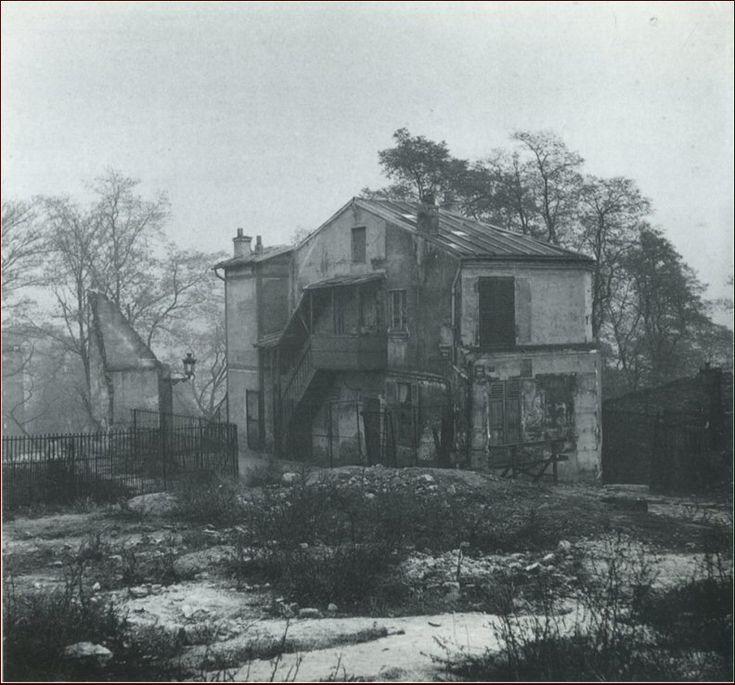 Le passage Piat et ce qui ressemble à une maison hantée, en 1947. Ce passage existe toujours mais dans une version aseptisée, incorporé dans le parc de Belleville. Une photo de © Marcel Bovis  (Paris 75020)