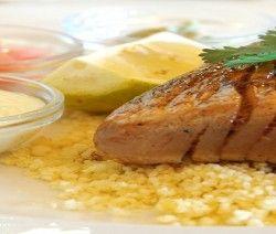 bistecca di tonno su couscous all'arancia