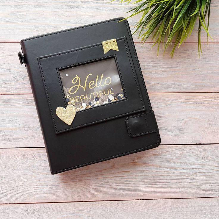 166 отметок «Нравится», 4 комментариев — Фотоальбомы Ручной Работы (@yujina_handmade) в Instagram: «Hello beautiful🖤 Вот он черно-золотой красавец . Матовая переплетная кожа,рамочка шейкер на обложке…»