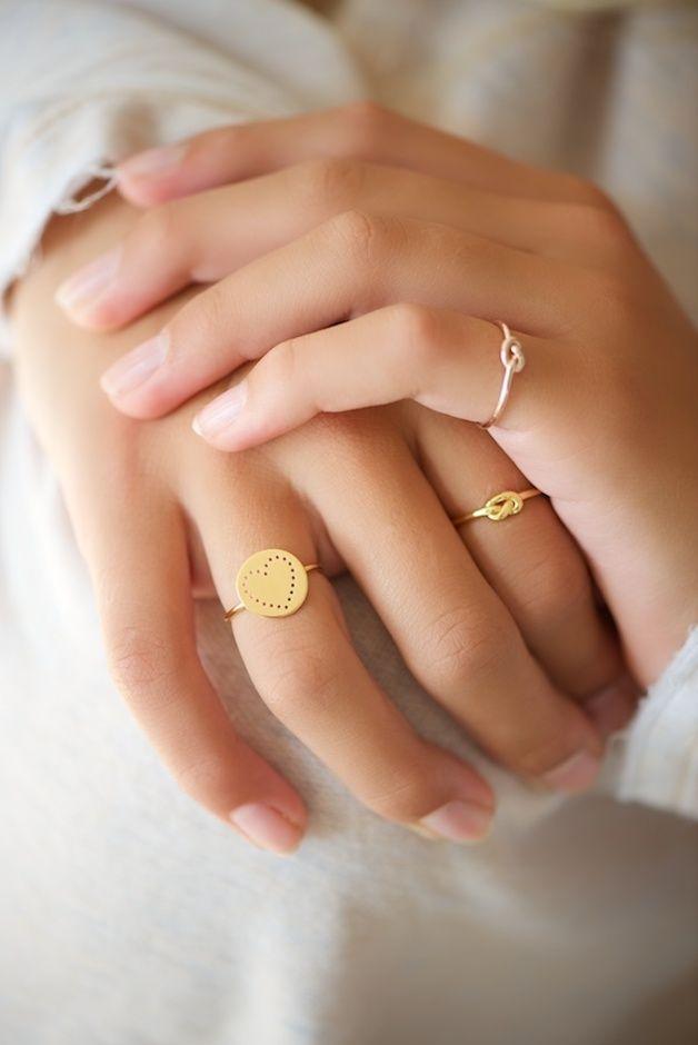 Filigraner Ring mit einem Knoten gebildet aus der Ringschiene. Ein klassisches Symbol ganz trendy! Wunderschön mit Roségoldvergoldung oder Gelbgoldvergoldung.  *Bitte möglichst die genaue...