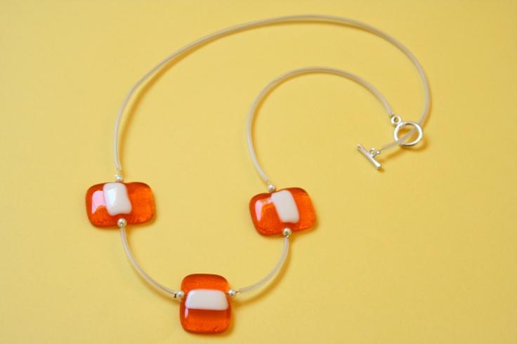 Collar de vidrio naranja y blanco
