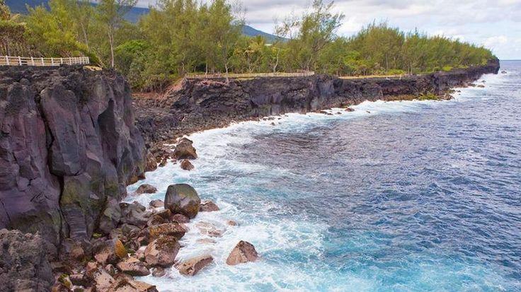 La côte sauvage - Elle court au sud-est de la Réunion. Du Pont suspendu de Sainte-Rose à l'Anse des Cascades en passant par plusieurs villages pittoresques, cette côte sauvage alterne plages, falaises et nature intacte dominée par le piton de la Fournaise.