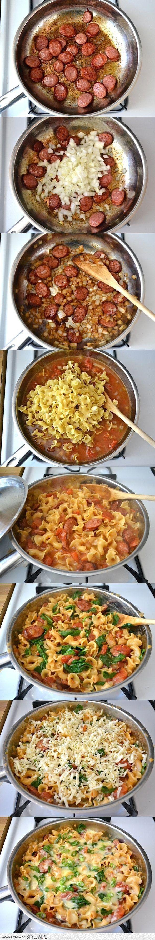 Podsmaż cebulkę, potem dodaj kiełbaskę, zalej pomidoram… na Stylowi.pl