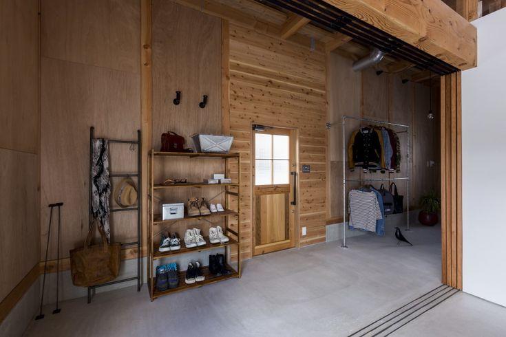 本計画はクライアントの「倉庫をリノベーションしたような住まいを。」という言葉からスタートしたプロジェクトです。近年住まい方の多様化もあり、金額面を考え既存倉庫をリノベーションしたような住まいが流行っている。しかしながら実際は、しっかりと住居として考えるには断熱性能や構造面を配慮する必要があり、結局のところ新築並みの金額がかかってしまうことが多々である。そこで本計画では新築で「倉庫をリノベーションしたような住まい。」を造り出し多様で豊かな空間を試みた。  敷地は古くからある住宅地と新しい分譲地の間に位置し、三方を細い生活道路に囲まれた敷地です。 そこで私たちはまず、昔からこの場所に元々存在するような倉庫を生み出し、その倉庫を施主の手でひとつひとつリノベーションしていったかのように丁寧に設計を行っていった。…