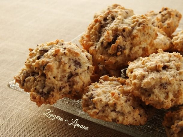 Questi biscotti cocco e cioccolato sono degli autentici dolcetti preparati con soli albumi e che non contengono burro. Semplicissimi e velocissimi da fare.