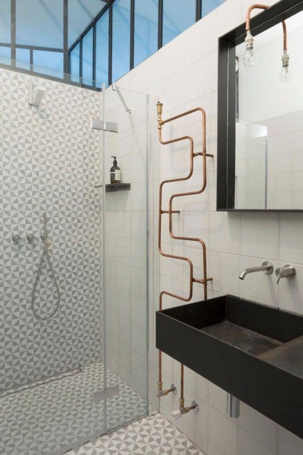 Design contemporain / esprit rétro avec sèche-serviettes en cuivre et carrelage à motifs