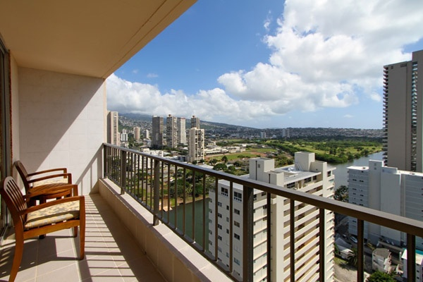 For your family vacation or romantic tropical getaway, Royal Garden at Waikiki delivers a spectacular Hawaiian beach vacation of your dreams.