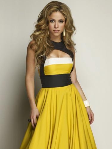 Shakira : Me encanta esta imagen de Shakira con ese precioso vestido amarillo, negro y blanco. Me gusta mucho el escote del vestido tan original pero tan favorecedor. Increible la caida dle vestido. Combinado perfectamente con unos pendientes dorados, una pulsera ancha blanca y un anillo negro. Los complementos justos y acertados. Y realmente maravilloso su pelo en la foto. la pongo un 9. y vosotros? *¿Me haces un regalo hoy? Me gustaria levantarme de la cama hoy y encontrarme una rosa. Roja…