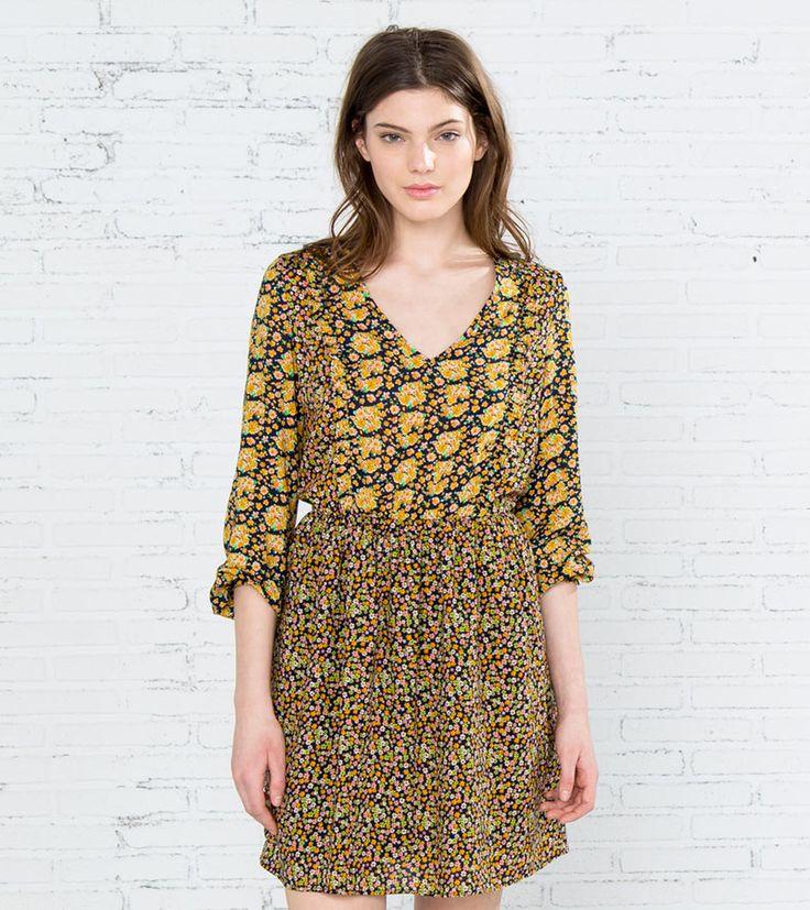 Vestido de manga larga con goma elástica en puños, con cuello de pico, corte a la cintura y falda de vuelo. Estampado con mezcla de flores grandes y pequeñas.