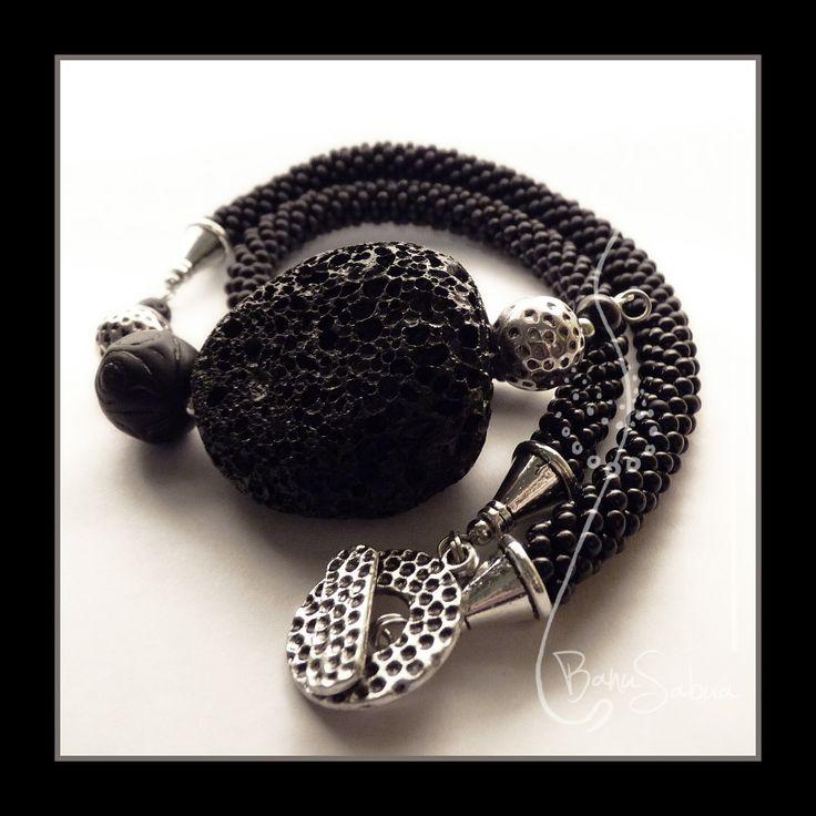 Náhrdelník s lávovým kamenem   ...základem šperku je velký lávový kámen, ten je doplněn dutinkou z drobných skleněných korálků, vybrušovanou skleněnou perlí a kovovými komponenty ...  Cena: 480,-   Lávový kámen je silným ochranným amuletem, pomáhá odrážet fyzické i psychické útoky a navrací je zpět k původci