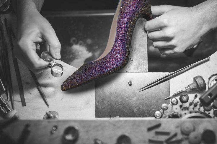 #Magrit MILA VULCANO El zapato diseñado para acompañarte en los momentos más especiales de tu vida. Adornamos tus pies con el brillo de más de quinientos cristales de #SWAROVSKI. -----------------------------------------------------------------------------------   #Magrit MILA VULCANO The shoe designed to accompany you in the most special moments of your life. We adorn you feet with more than five hundred #SWAROVSKI crystals.