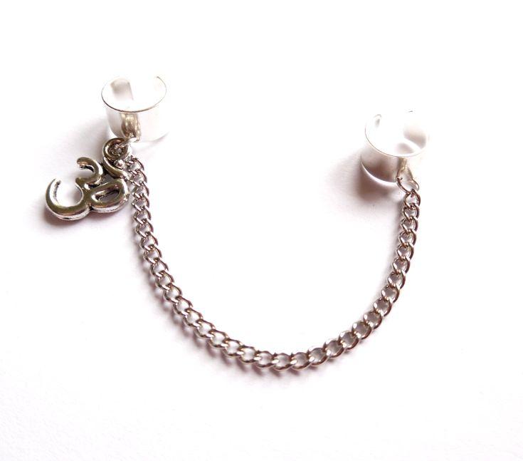 Dubbel ear cuff i silverplätering med kedja och tecknet aum/ohm.