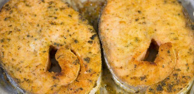 Una ricetta facile e veloce per preparare il salmone al forno e servire un secondo di pesce leggero.