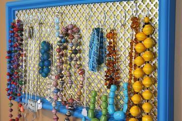 Se siamo patite per la bigiotteria o per i gioielli in genere e, la nostra collezione è davvero molto nutrita, allora abbiamo sicuramente bisogno di un porta gioielli su misura. I modelli che si possono realizzare sono davvero infiniti, me se vogliamo creare qualcosa di unico e nello stesso tempo elegante e funzionale, ecco di seguito alcuni consigli su come fare un porta gioielli da parete.