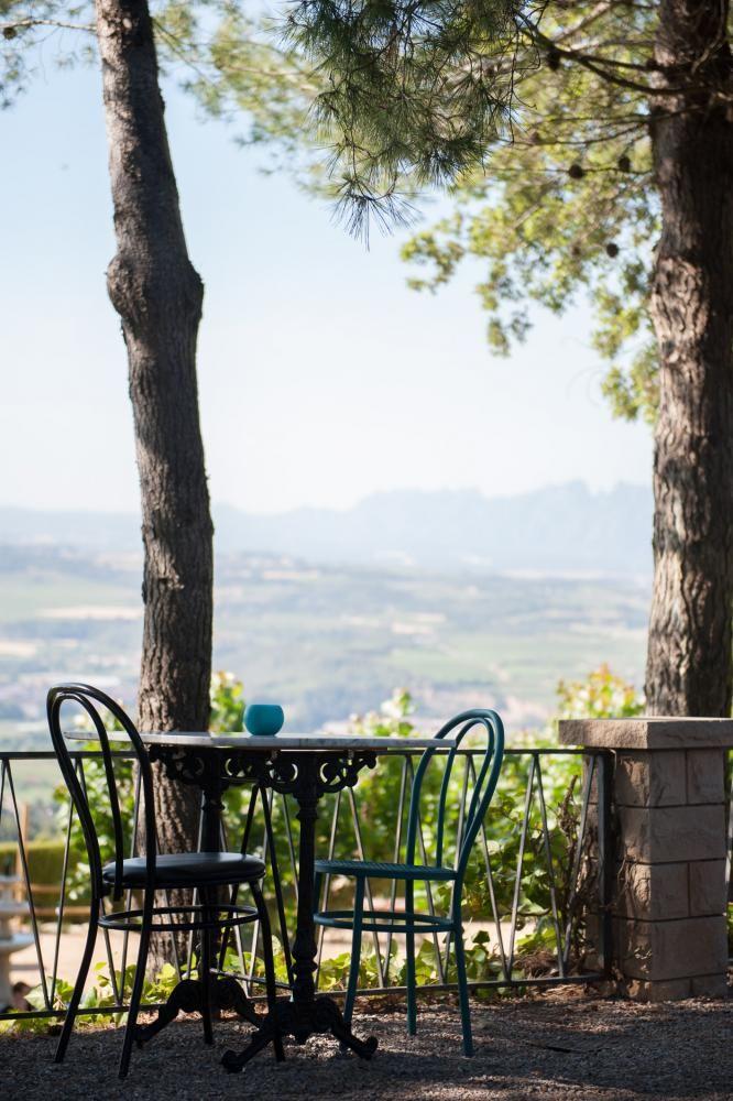 El restaurante Ubicado en el municipio de Subirats rodeado de un exuberante entorno natural, con unas privilegiadas vistas al macizo de Montserrat y en buena parte del Alt Penedès.  La decoración está inspirada en elementos vitivinícolas, de la tierra y la vid, para transformar la atmósfera en lo que es más genuino del Penedès.