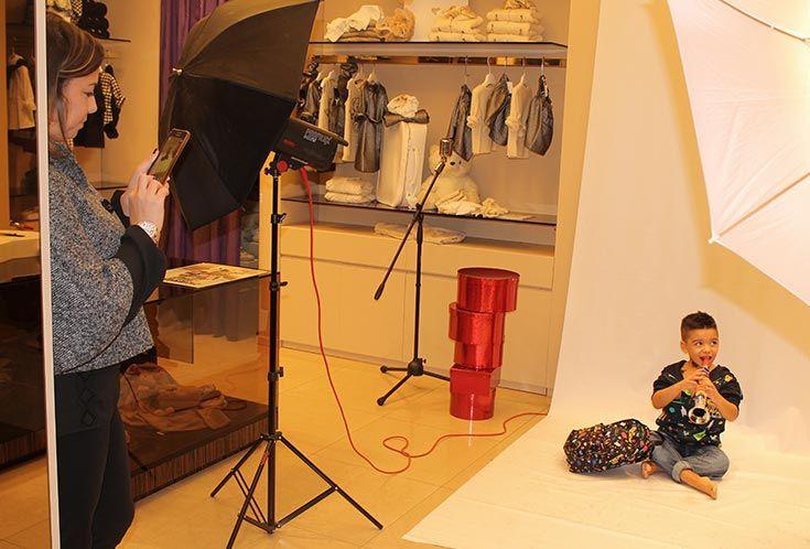 """MODELLI PER UN GIORNO: La mamma del nostro modello Gabriele intenta a  """"rubare"""" una foto durante lo shooting!  #annameglio #annamegliopeople #dolceegabbana #modelliperungiorno #fashion #abbigliamentobambino"""