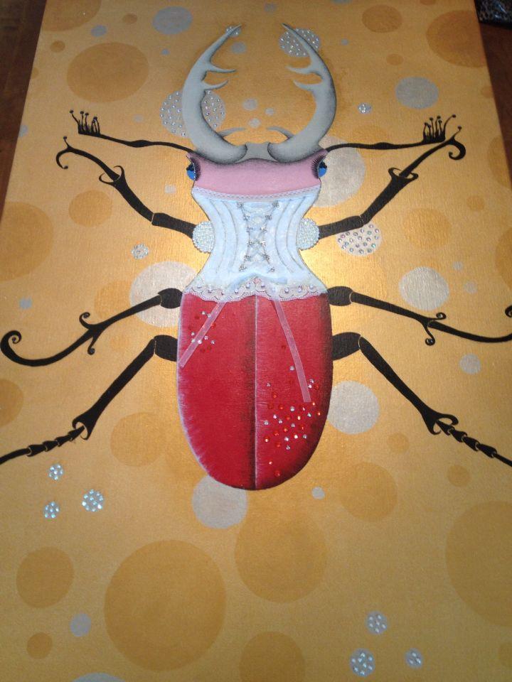 Bling Bling kever geschilderd met acrylverf en afgewerkt met Swarovski steentjes, parels en een kanten corset!