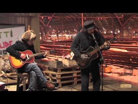Vinicio Capossela in concerto per i lavoratori da mesi sulla torre presso il Binario 21 della stazione di Milano