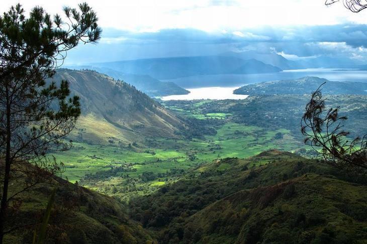 Lago Toba, Sumatra Setentrional. A Indonésia tem cerca de 250 milhões de habitantes e é o maior país insular do mundo. Tem mais 1.700 ilhas, mas apenas metade delas é habitada. Cerca de 150 das ilhas ainda tem vulcões ativos.