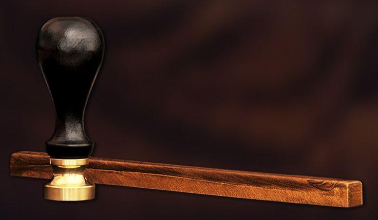 Cachet avec manche en #bois tourné et bâton de cire #or - Imprimerie TYPOdeon #accessoire