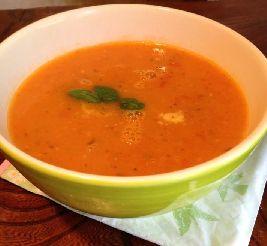 Kom alvast in vakantiestemming: Mediterrane voedselzandloper tomatensoep met linzen en ras el hanout (kruiden).