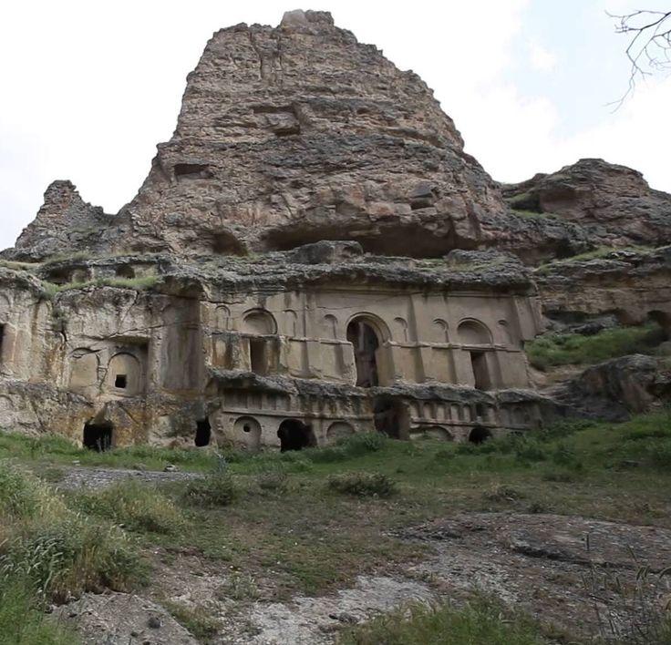 Erdemli kilisesi/Yeşilhisar/Kayseri/// Erdemli Vadisi, Erciyes Dağı'nın aktif bir volkan iken püskürttü lavların akarsu aşındırması sonucunda oluşan kanyon şekilli bir vadidir. Kayseri il merkezine uzaklığı 69 km'dir.