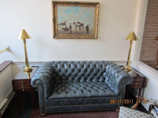 $600 My aren't you regal: Couch - Chesterfield Tufted Leather LoveSeatDetroit Craigslist, Chesterfield Tufted, Leather Loveseats, Craigslist Finding, Tufted Leather