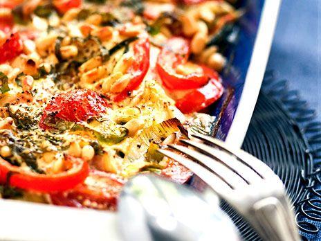 En god och nyttig gratäng med lax, paprika och zucchini i krämig sås på crème fraiche, vitt vin och fransk senap. Recept från boken Näringsrik & naturlig LCHF.