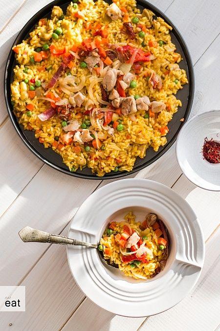Paella z kurczakiem, warzywami i prawdziwym szafranem